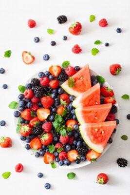 Vinilo Fuente de frutas y bayas sobre blanco. arándano, fresa, frambuesa, mora, sandía