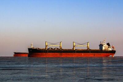 Vinilo Gran petrolero en la cola para la carga de petróleo en el mar helado