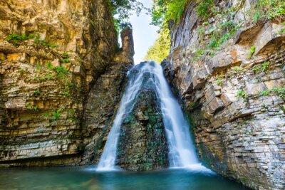 Vinilo Hermosa cascada en el bosque