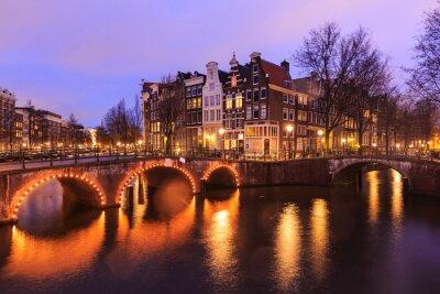 Vinilo Hermosa vista de los canales de Amsterdam con el puente y el típico holandés