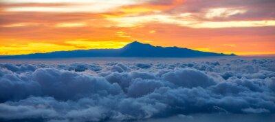 Vinilo Hermoso cloudscape con la isla de Tenerife sobre fondo en el amanecer en España