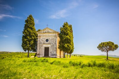 Vinilo Hermoso paisaje con capilla en la Toscana, Italia