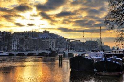 Vinilo Hermoso panorama de invierno del río Amstel y el puente flaco en Amsterdam, Holanda. HDR