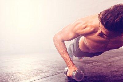 Vinilo Hombre haciendo push-up ejercicio con mancuernas. Forzado fuerte haciendo ejercicios crossfit.