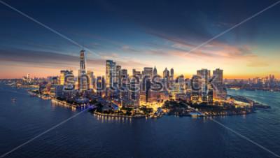 Vinilo Horizonte de la ciudad de Nueva York al amanecer. Edificios de oficinas de Manhattan / skysrcapers en la mañana. Toma panorámica de la ciudad de Nueva York.