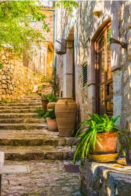 Vinilo Idílica vista de una casa rústica mediterránea y escaleras de piedra