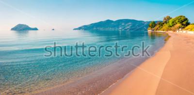 Vinilo Impresionante vista matutina de la playa de la isla de Zakynthos (Zante). Paisaje marino soleado de la primavera del mar jónico, Grecia, Europa. Belleza del fondo del concepto de la naturaleza.
