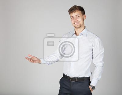 Vinilo Joven hombre de negocios en falda blanca presentar alguna información con alegría y alegría gesticular su mano.