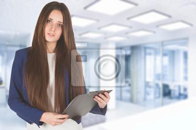 Vinilo Joven mujer de negocios en traje azul tiene un papel.