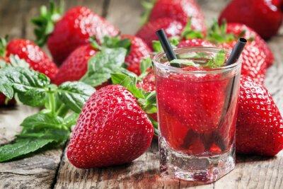 Vinilo Jugo de fresa y bayas frescas con menta, enfoque selectivo