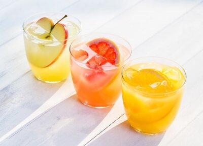 Vinilo Jugo de fruta fresca de naranjas manzanas pomelo rosa