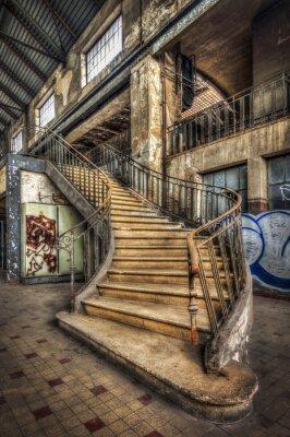 Vinilo La imposición de la escalera interior de la sala de una planta eléctrica abandonada