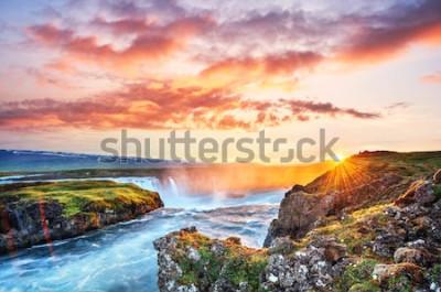 Vinilo La pintoresca puesta de sol sobre paisajes y cascadas. Montaña Kirkjufell, Islandia