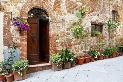 Vinilo Las calles adoquinadas de las paredes bellamente decoradas con flores de colores, Toscana, Italia