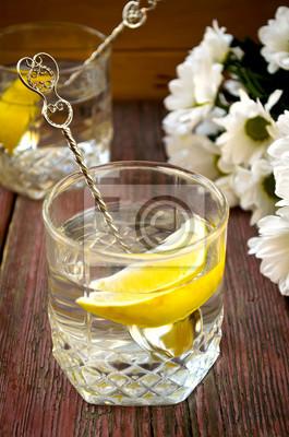 Limonada con limón fresco sobre fondo de madera