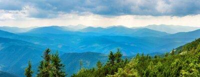 Vinilo Montañas azules cubiertos de bosque verde. Vista panorámica de los picos de Ridge
