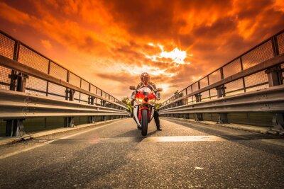 Vinilo Moto da strada pronta alla partenza sotto ONU cielo rosso al tramonto