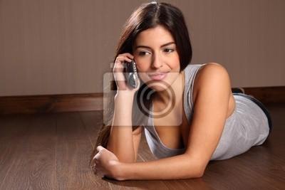 0fcf0c06eee88 Mujer bonita joven que usa el teléfono en casa vinilos para ...