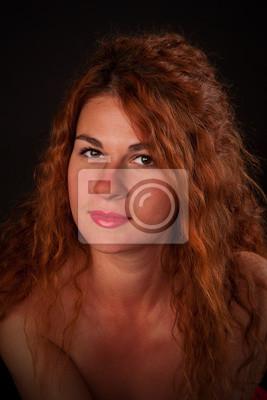 9ea2d9736 Mujer pelirroja joven atractiva en un fondo negro vinilos para ...