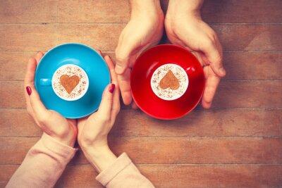 Vinilo Mujer y hombre sosteniendo tazas de café