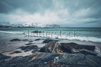 Vinilo Olas del mar noruego y la playa rocosa del fiordo. Playa de Ramberg, islas Lofoten, Noruega