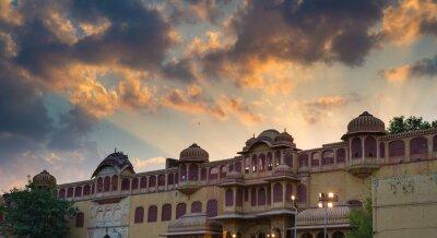 Vinilo Palacio de la ciudad en Jaipur, capital de Rajasthan, India. Detalles arquitectónicos con escénico cielo dramático al atardecer.