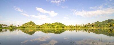 Vinilo Panorama de la colina de montaña con la reflexión de los cielos