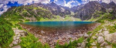 Vinilo Panorama de la hermosa laguna en el centro de las montañas al amanecer