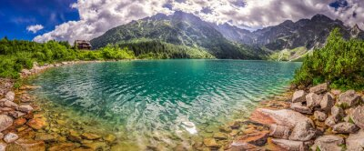 Vinilo Panorama del lago en las montañas de Tatra en la salida del sol