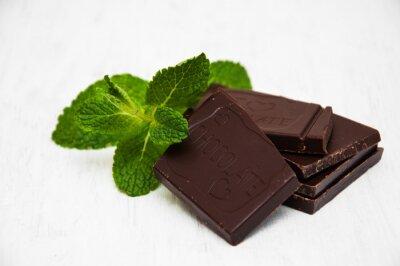 Vinilo Pedazos del chocolate con una hoja de menta