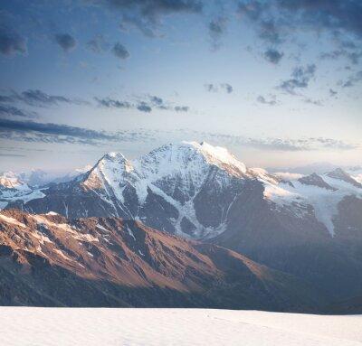 Vinilo Pico de alta montaña durante la salida del sol. Hermoso paisaje natural en el verano ..