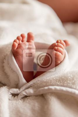 4e1e7df45 Vinilo Pies descalzos de un bebé recién nacido lindo en manta blanca  caliente. Pequeños pies