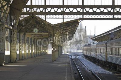 Vinilo Plataforma de la estación de ferrocarril con un reloj colgando y