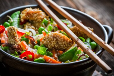 Vinilo Pollo con sésamo con verduras y fideos