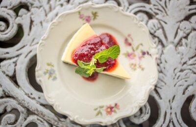 Vinilo Postre - Pastel de queso con salsa de bayas y menta verde, vista superior