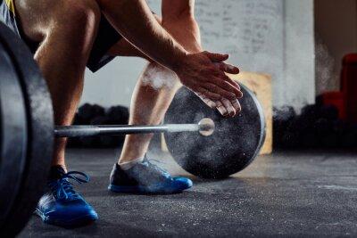 Vinilo Primer plano de levantador de pesas palmas manos antes de ejercicio barbell