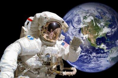 Vinilo Primer plano de un astronauta en el espacio exterior, la tierra en el fondo - elementos de esta imagen son proporcionados por la NASA