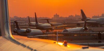 Vinilo Puesta de sol en el aeropuerto con aviones listos para despegar