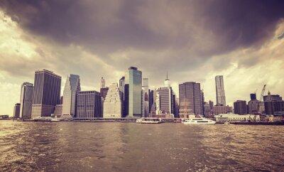 Vinilo Púrpura vieja película estilizada nubes de lluvia sobre el muelle de Manhattan, Nueva York.
