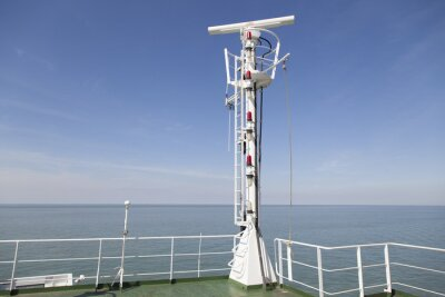 Vinilo Radarmast en el Peildeck eines Frachtschiffes