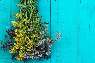 Vinilo Ramo de flores secas colgando de antigüedades rústico trullo fondo azul de madera