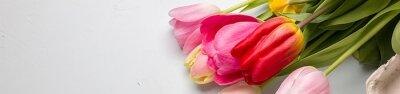 Vinilo Ramo de primavera tulipanes de cerca sobre un fondo azul claro, la frontera diseño pancarta banner