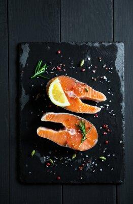 Vinilo Rebanadas frescas de salmón con limón y especias