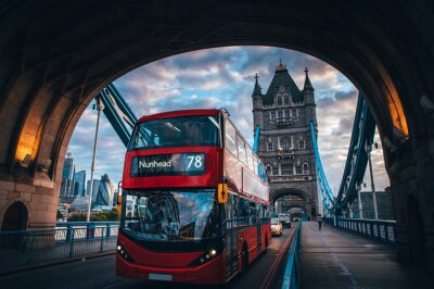 Vinilo Red double decker bus at the Tower Bridge in London
