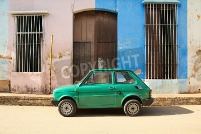 Vinilo REMEDIOS, CUBA - 20 de febrero: Coche polaco viejo Fiat 126, el 20 de febrero de 2011 en Remedios, Cuba. Nuevo cambio en la ley permite a los cubanos a los coches comerciales. Autos en Cuba son muy an