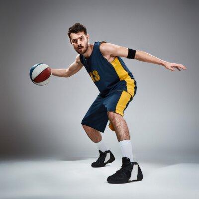 Vinilo Retrato de cuerpo entero de un jugador de baloncesto con pelota