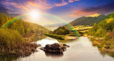 Vinilo río del bosque con piedras y hierba al atardecer