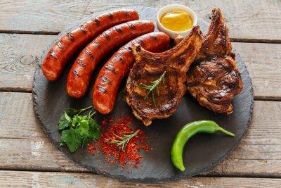 Vinilo Salchichas a la plancha y bistec en la barbacoa de hueso