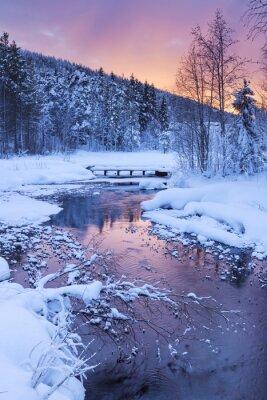Vinilo Salida del sol sobre un río en invierno cerca de Levi, Laponia finlandesa