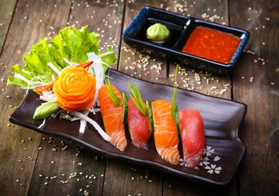 Vinilo Salmón japonés, sushi de atún y salsa de cerca